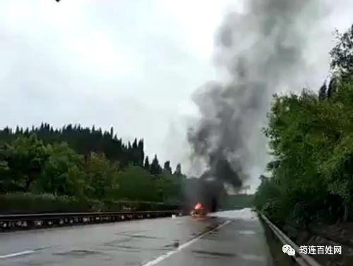 吓人,内宜高速自贡板桥路段发生三车追尾,其中一车起火!