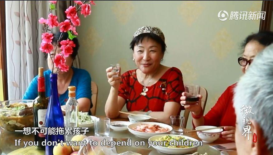 """15老人租兩棟別墅""""抱團養老"""",網友:這才是向往的生活!"""