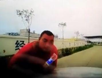 淮安?#38472;?#27573;惊现一路霸男子!到处拦车收费!有人管管吗?