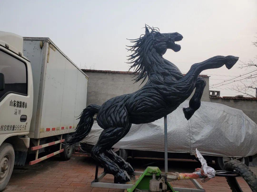 淄博80后小伙废旧轮胎创业雕塑作品销往全国各地
