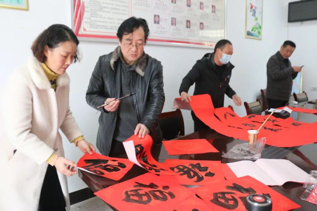 金寨县文旅体育局组织书法家赴桃岭乡开展为省市级好人送春联活动