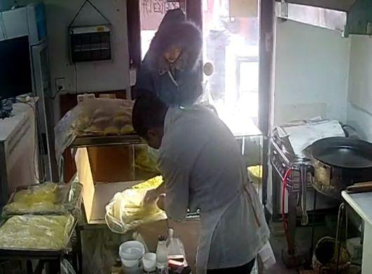 【城事】赊账?澳门金沙城中心一女子到饼店赊早餐,并说次日归还,店主直接动手.......