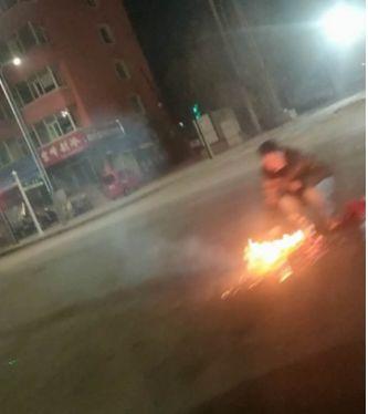 【城事】澳门金沙城中心一男子红绿灯下做这事,过往司机紧急避让,差点......
