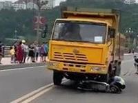 【视频爆光】苍溪老大桥上渣土车和摩托车相撞,现场有伤亡!
