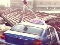 实拍黑龙江一出租车飞上房,吊车都来了……