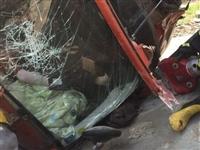 触目惊心!齐河高速一货车侧翻,一妇女被车头卡住...