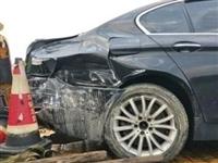 观海卫高速出口附近!一黑色轿车因车轮打滑失控后发生事故...