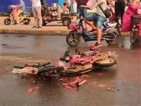 突发|金融中心北面路口发生车祸,电动车被压碎...