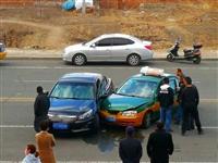 突发!阿荣旗一出租车和轿车相撞!现场......