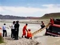 一重型货车被困河中嘉峪关消防紧急救人