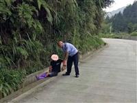 安溪:小伙中暑晕倒在路边,幸好.....