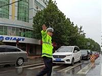 """雨中""""浇""""警唐县街头最美的身影!!"""