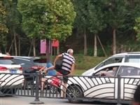 危险丨自贡一老年人竟然用这种方式过马路!