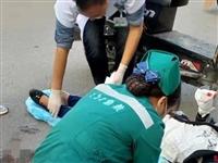 痛!富顺新车站发生车祸,一老人被撞倒路边!