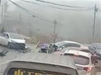 大雾笼罩,富顺两小车在急弯处相撞!撞得稀巴烂!