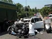 吓人!白色私家车被撞的面目全非,规范行车、安全第一!