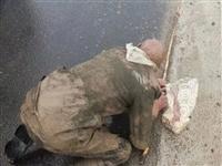 一位高唐老人跪在雨中,鞋子还丢了一只,幸亏……