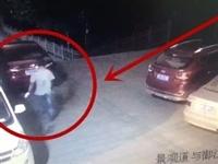 武胜一男子砸车窗偷盗被当场拍下!竟然...