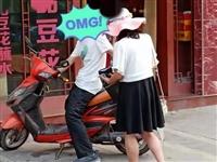 """好惨一男的!骑车遭遇""""高空抛水"""",富顺男子衣服惨变""""落汤鸡""""..."""