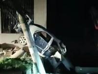 富顺一小车撞上变压器,车身瞬间报废!(附视频)