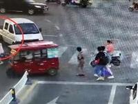 昨天,阜阳24岁女孩被压车底,瞬间来了一群人!12秒视频好震撼…