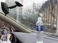在车内放了2瓶矿泉水,车竟被它点燃了!桐城司机注意,夏天这些都不能放在车内......