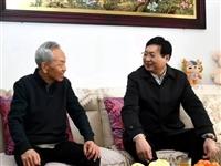 送祝福,話發展!磁pan)xian)領導看(kan)望慰問(wen)縣(xian)級(ji)離退(tui)休老(lao)干(gan)部