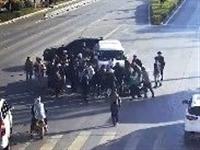 陆良骑车的看看一男子被卷入车底监控拍下这样一幕...