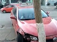 建平万寿路与中兴街路口附近一幕,一辆私家车自己撞树了!啥情况?