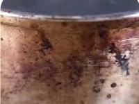 再脏的不锈钢锅,贴上一张纸,黄渍污垢自动脱落,比钢丝球还干净~