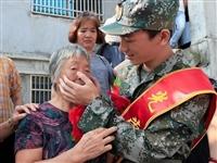 """""""奶奶不要哭,孫兒去衛國!""""蘭溪這張新兵壯行禮照片看哭了好多人"""