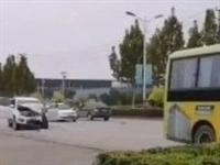 現場:泊頭某路公交車和小轎車發生交通事故!