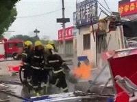 滄州市區突發液化氣泄漏閃爆!滄州消防員手拎噴火煤氣罐沖出火場!