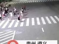 无语!遵义这群大妈在马路上跳广场舞!民警劝导:危险!