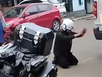 临沂一男子被欠四百万,当街跪地磕头求还钱!