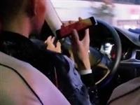 网友举报:这个出租车司机左手抽烟、右手打电话