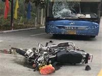 突发 | 揭西发生一起车祸,大巴挡风玻璃烂成蜘蛛网,一人躺在地上......