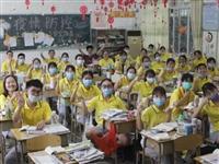 疫情寂静后的震撼开场↘2132名德庆考生今日开考,老师排队为学生加油打气!