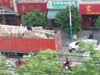 网友爆料物流车违停卸货,龙南交警当即派出警力...