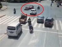 车祸!邻水路口摩托车和私家车撞上…
