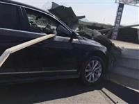 宣城一地发生车祸,钢条插进车内...(多图)