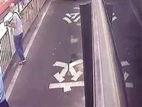 眼看小偷偷手机,怎么提醒乘客都没察觉,司机大哥自己出手了!
