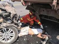 广安发生一起车祸!行人被卷车底!(图)