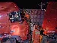 凌晨突发!潢川白店两辆半挂车相撞,车头变形,司机双腿被压住...