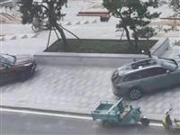 潢川滨河广场长期沦为私人停车场?刚修好的路面就有人在上面停车...