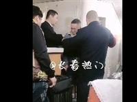 【視(shi)頻】長春男子火車上(shang)對女乘客動手(shou)動腳!被乘警帶上(shang)約束帶…