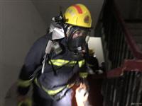 消防员负重供气攀登30楼 挑战自我耐力极限