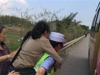 """南溪一女子骑车摔伤,这位""""女汉子""""民警二话不说,立即蹲下"""