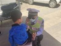 新蔡一名6�q左右的小男孩坐在��津�@路�哭泣。