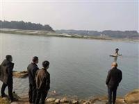 泸州村民自制竹筏非法捕鱼,警方现场销毁竹筏5艘,收缴渔网10副